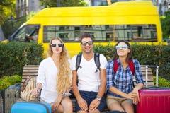 Amis de voyageurs avec le bagage dans la ville Images stock