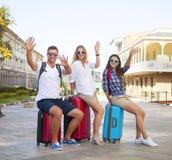 Amis de voyageurs avec le bagage dans la ville Photo libre de droits