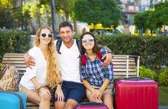 Amis de voyageurs avec le bagage dans la ville Photos stock