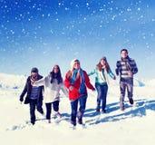 Amis dehors pendant le concept de vacances de voyage de neige d'hiver Images stock