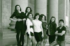 Amis des étudiants faisant face à l'institut Photo noire et blanche dans le rétro style Images stock