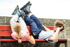 Amis des jeunes détendant sur le banc Photographie stock