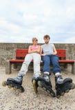 Amis des jeunes détendant sur le banc Photo libre de droits