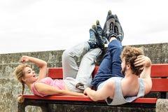 Amis des jeunes détendant sur le banc photos stock