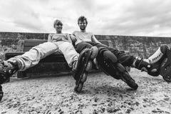 Amis des jeunes détendant sur le banc Photos libres de droits