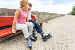 Amis des jeunes détendant sur le banc Image stock