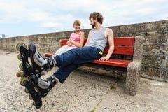 Amis des jeunes détendant sur le banc Photographie stock libre de droits