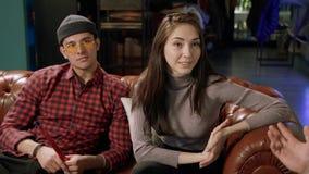Amis des jeunes se reposant dans le bar banque de vidéos