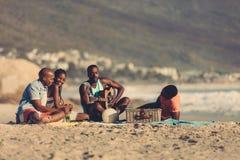 Amis des vacances détendant à la plage Images libres de droits