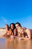 Amis des vacances de plage Photographie stock