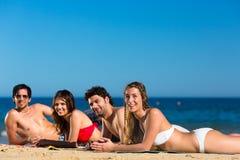 Amis des vacances de plage en été Photographie stock libre de droits