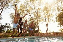Amis des vacances prenant Selfie de sauter dans la piscine Images libres de droits