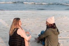 amis Deux filles de femme en mer sur la plage en automne Photo stock