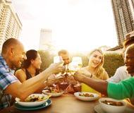 Amis dinant dehors le concept gai de pain grillé de partie Image libre de droits