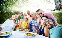 Amis dinant dehors le concept gai de partie Photographie stock