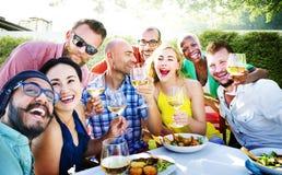 Amis dinant dehors le concept gai de partie Image libre de droits