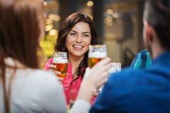 Amis dinant et buvant de la bière au restaurant Images libres de droits