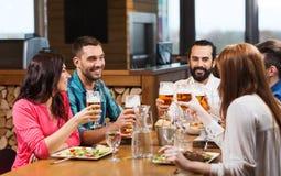Amis dinant et buvant de la bière au restaurant Photo libre de droits
