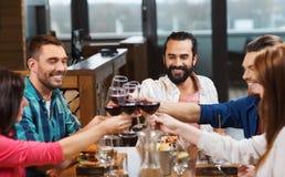 Amis dinant et buvant du vin au restaurant Photographie stock libre de droits