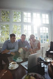 Amis discutant au-dessus de l'ordinateur portable Image libre de droits