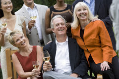 Amis divers célébrant avec du vin Images libres de droits