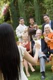 Amis divers célébrant avec du vin Photo stock