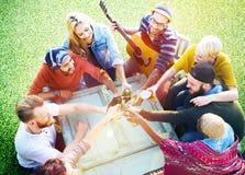 Amis divers collant le concept de parc de yard de concept Photographie stock libre de droits