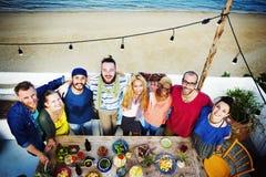 Amis divers d'été de plage liant le concept Images libres de droits