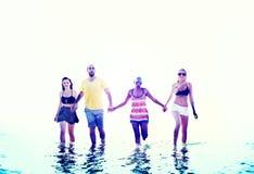 Amis divers d'été de plage tenant le concept de mains Image stock