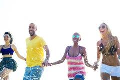 Amis divers d'été de plage tenant le concept de mains Images libres de droits