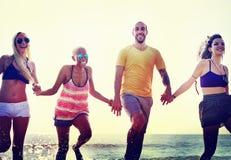 Amis divers d'été de plage tenant le concept de mains Image libre de droits