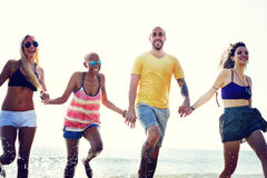 Amis divers d'été de plage tenant le concept de mains Photo libre de droits