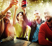 Amis divers de personnes accrochant le concept potable Photo stock
