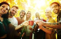 Amis divers de personnes traînant le concept de bonheur Photos stock