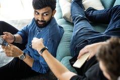 Amis divers parlant ensemble à la maison le concept de mode de vie Images stock