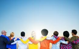 Amis divers se tenant autour de l'un l'autre Photo libre de droits