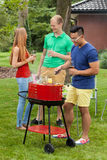 Amis divers sur un barbecue Photos libres de droits