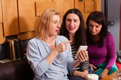 Amis drôles dans un café Image libre de droits