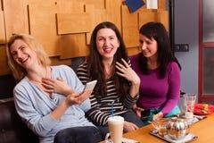 Amis drôles dans un café Photos libres de droits