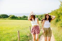 Amis drôles appréciant l'été et la nature Photos stock