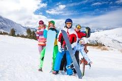 Amis drôles avec des surfs des neiges et des skis Photographie stock libre de droits