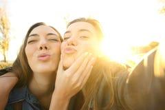 Amis drôles prenant un selfie au coucher du soleil Photo libre de droits