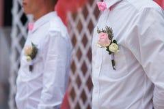 Amis du marié à la cérémonie de mariage avec la boutonnière sur la chemise Image libre de droits