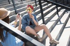 Amis dupant autour sur les escaliers Images libres de droits