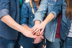 Amis empilant des mains Image libre de droits