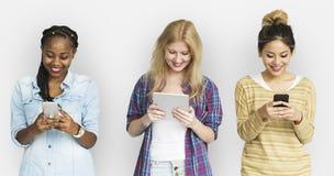 Amis employant le concept de téléphone de technologie de Tablette Photographie stock libre de droits