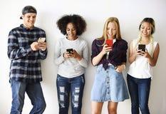 Amis employant le concept social de media de smartphones Image libre de droits