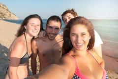 Amis en été prenant un selfie Photos stock