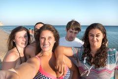 Amis en été prenant un selfie Photographie stock