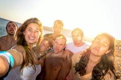 Amis en été prenant un selfie Photos libres de droits